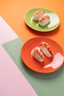 プレート上のハイアングルのおいしい寿司