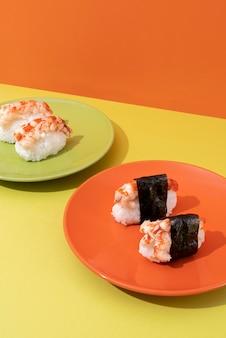 Вкусные суши под высоким углом на тарелке