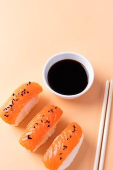 Sushi delizioso e salsa di soia ad alto angolo?