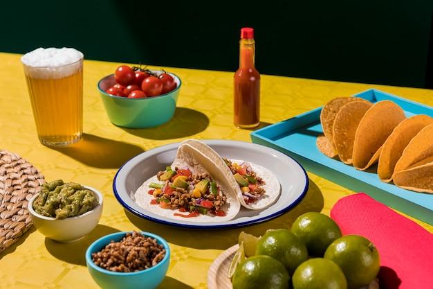 Tacos deliziosi di alto angolo sulla zolla