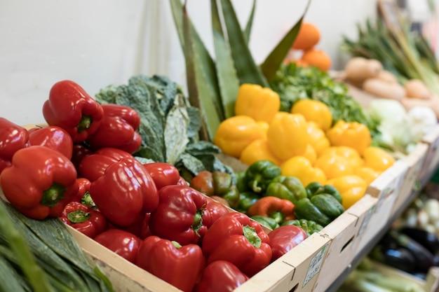 Verdure deliziose ad alto angolo nel mercato