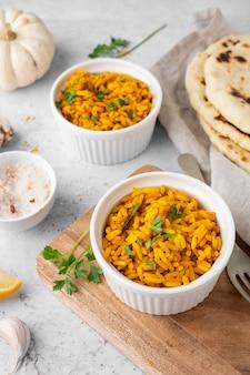 Вкусный желтый рис под высоким углом