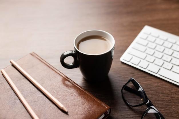 커피 컵이 있는 하이 앵글 책상 배열