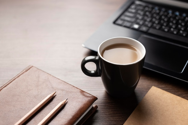 커피와 함께 하이 앵글 책상 배열