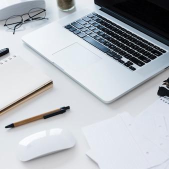 노트북과 높은 각도의 책상 배치