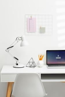 Disposizione della scrivania ad alto angolo con laptop