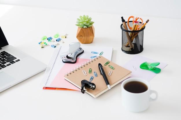 Disposizione di articoli da scrivania ad alto angolo