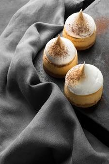Alto angolo di dessert con polvere di cacao e tessuto