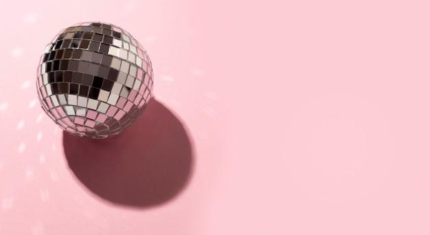 Globo della discoteca di alto angolo con lo spazio della copia