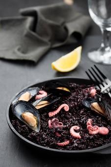 Alto angolo di piatto con cozze e calamari