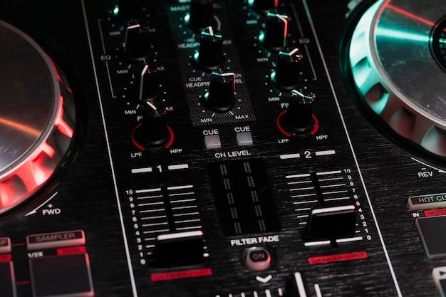 テーブルの上の高角度dj機器