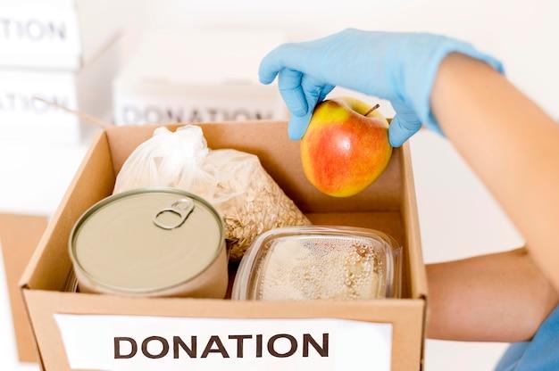 Alto angolo della scatola di donazione con disposizioni