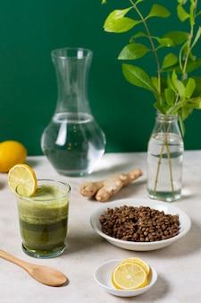 하이 앵글 음료와 레몬 조각