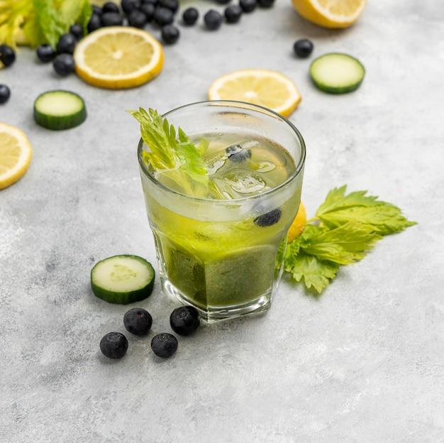 Напиток под высоким углом с травами и фруктами