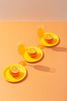 높은 각도의 음료와 오렌지
