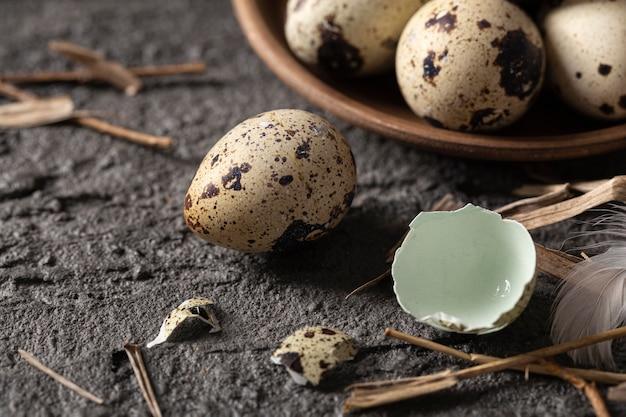 Alto angolo di uova di pasqua con gusci rotti