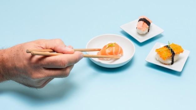 Высокий угол, едят свежие суши