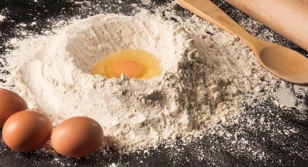 Яйцо с большим углом и цветочная композиция