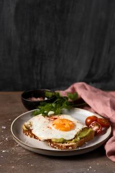 Яйцо под высоким углом на ломтике хлеба