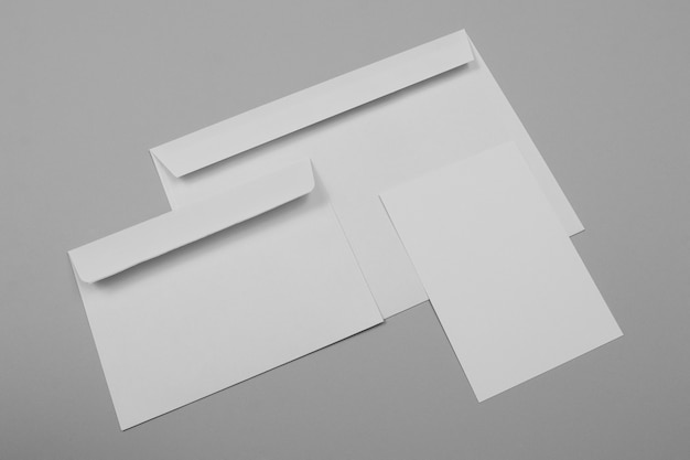 Пустые конверты и бумага под большим углом