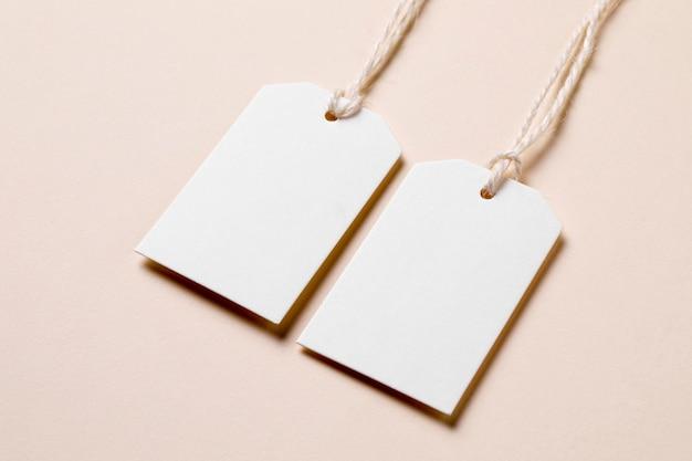 Disposizione di etichette vuote ad alto angolo su sfondo beige