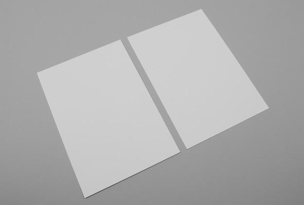 Fogli di carta vuoti ad alto angolo