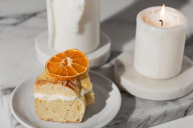 Alto angolo del dessert del giorno dell'epifania con le candele