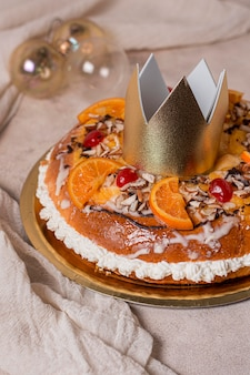 Alimento di giorno dell'epifania di alto angolo sul piatto dorato