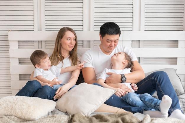Высокий угол семьи дома вместе