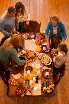 Cena in famiglia ad alto angolo per il ringraziamento