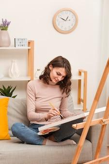 家の絵画で高角度の女性