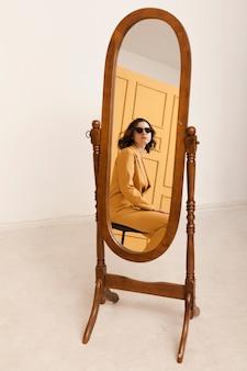 鏡でポーズをとってハイアングルの女性