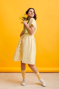 Femmina ad alto angolo con fiori
