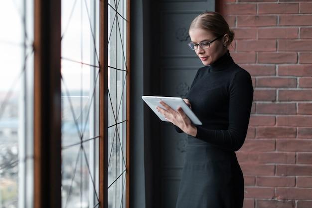 Высокий угол женщина с планшета