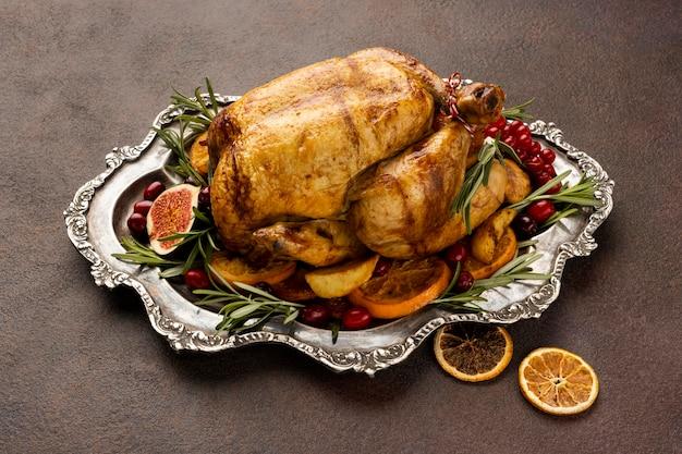 Праздничное рождественское блюдо под высоким углом