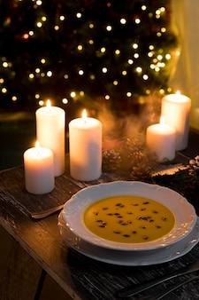 ハイアングルのお祝いのクリスマス料理の構成