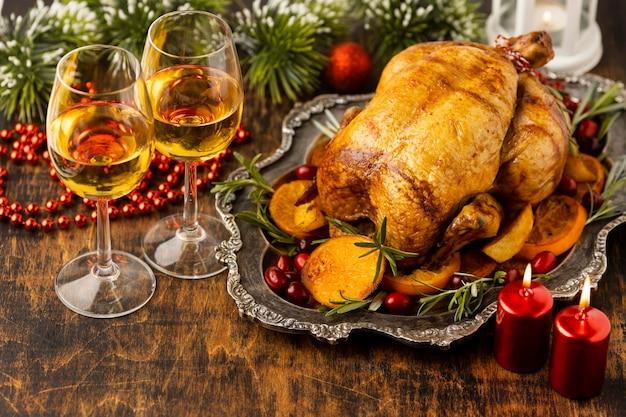 ハイアングルのお祝いのクリスマスフードアレンジメント