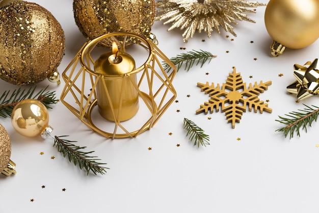 Ornamenti natalizi festivi ad alto angolo con copia spazio