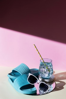 ハイアングルビーチサンダルと飲み物
