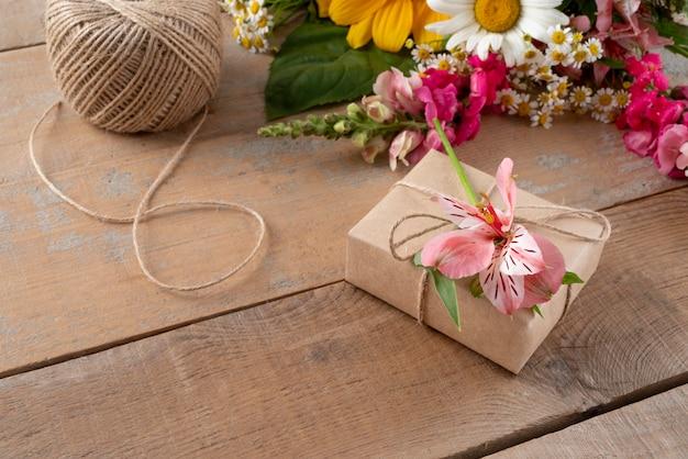 Alto angolo di fiori con regalo e tag
