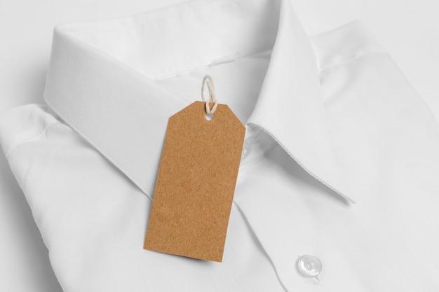 높은 각도 접힌 셔츠와 빈 태그 클로즈업
