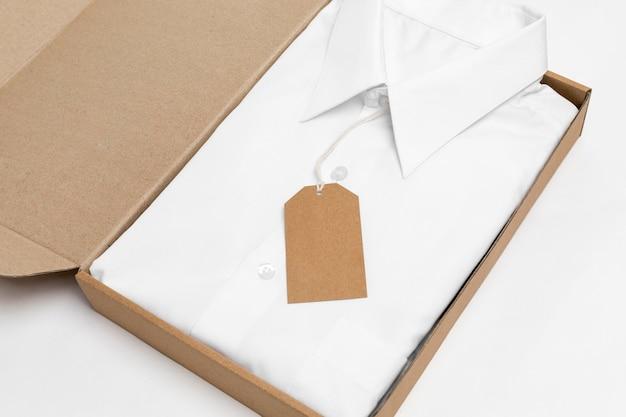 Camicia piegata ad angolo alto e etichetta riciclabile