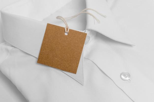 空白の段ボールのタグが付いている高角度の折り畳まれたシャツ