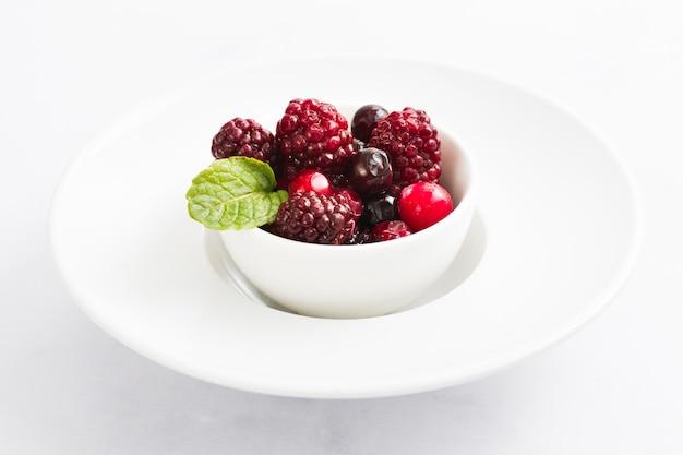 그릇에 높은 각도 숲 과일 무료 사진