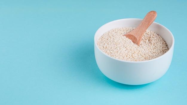 Cornice ad alto angolo con ciotola di semi