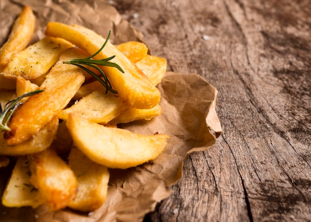 Alto angolo di patatine fritte con erbe aromatiche e copia spazio