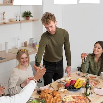Высокий угол друзей едят