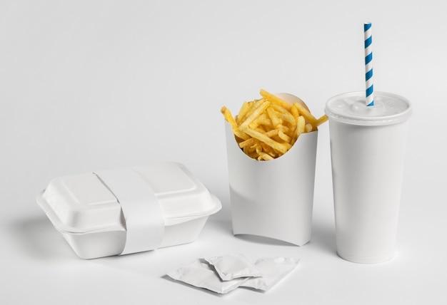 Patatine fritte ad alto angolo e imballaggi fast food in bianco