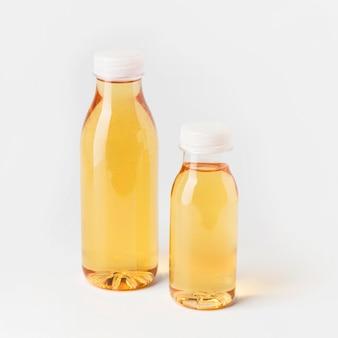 Alto angolo di bottiglie di succo di frutta
