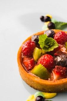 Высокий угол фруктовый пирог на тарелку